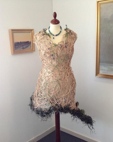 Kjole laget av Klara Pil og smykke laget av Ben Arik