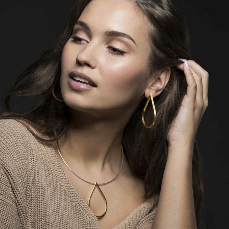 Modellbilde med halskjedet og ørepynten Store gyldne dråper