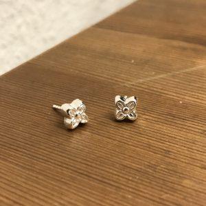 Små blomster ørestuds i sølv
